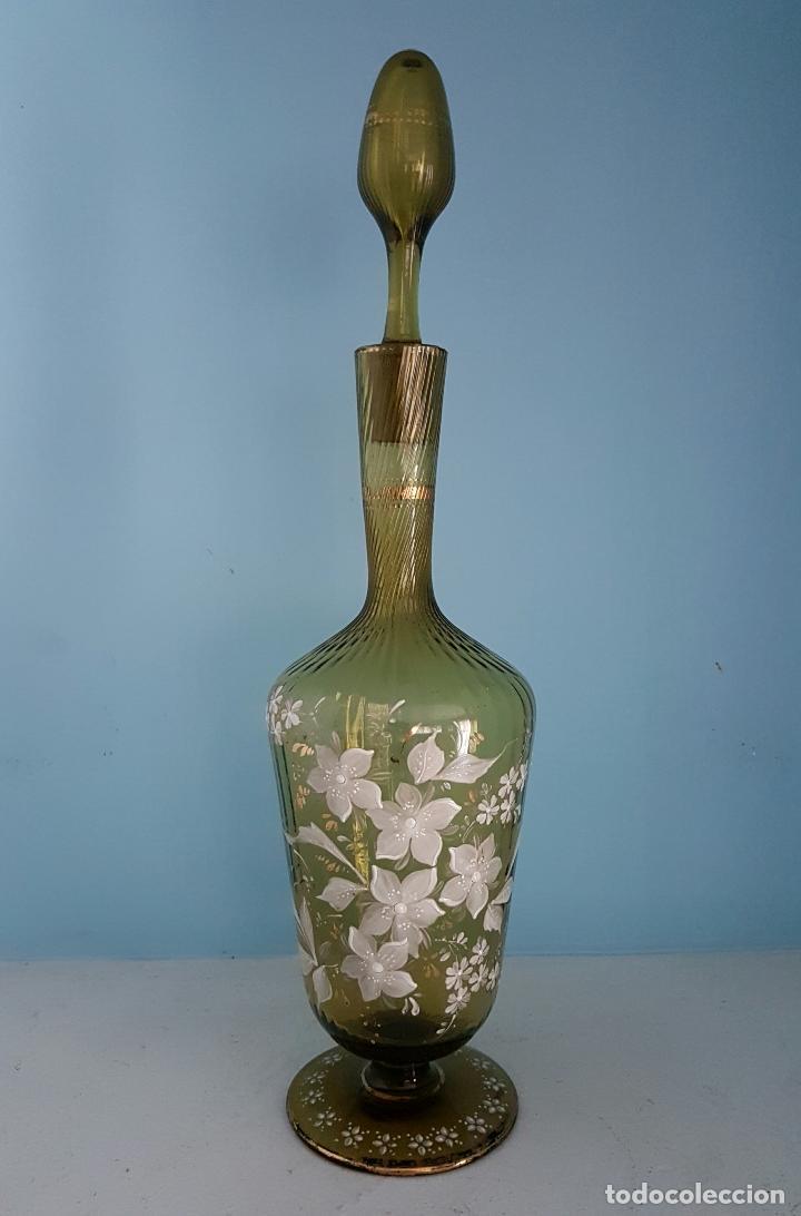 Antigüedades: Juego antiguo de licor en cristal soplado verde ambar decorado con flores esmaltadas al fuego, XIX . - Foto 5 - 70332977