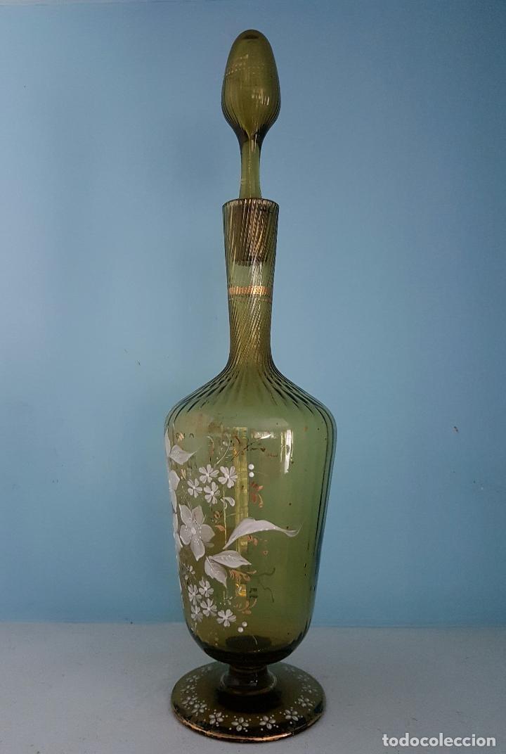 Antigüedades: Juego antiguo de licor en cristal soplado verde ambar decorado con flores esmaltadas al fuego, XIX . - Foto 6 - 70332977