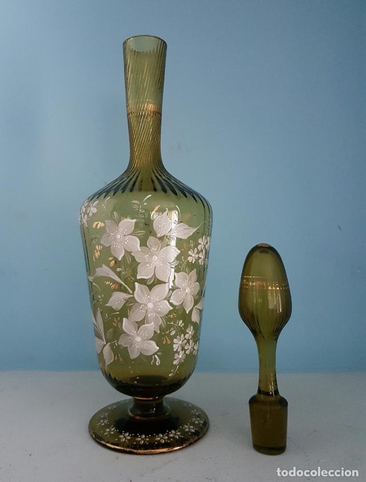 Antigüedades: Juego antiguo de licor en cristal soplado verde ambar decorado con flores esmaltadas al fuego, XIX . - Foto 9 - 70332977