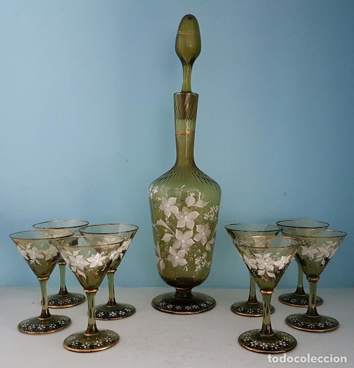 Antigüedades: Juego antiguo de licor en cristal soplado verde ambar decorado con flores esmaltadas al fuego, XIX . - Foto 10 - 70332977