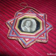 Antigüedades: MUY ANTIGUA LABOR CON HILOS PASADOS CON FOTO.. Lote 70475365