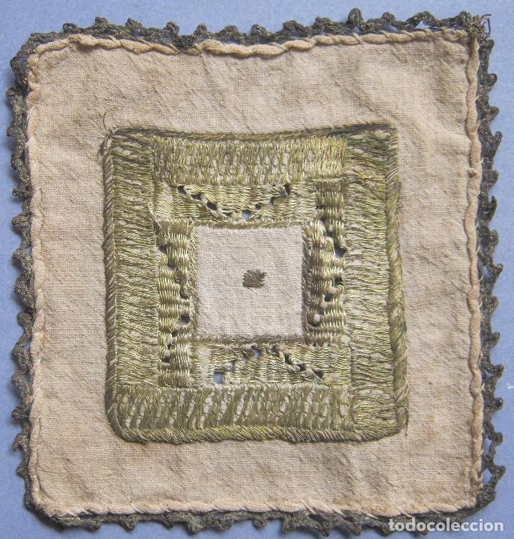 Antigüedades: ANTIGUO TAPETE RELIGIOSO DE LINO BORDADO CON HILO DE PLATA S. XIX - Foto 4 - 69856341