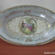 Antigüedades: PRECIOSA BANDEJA DE PORCELANA DE LIMOGES CON ESCENA GALANTE DE FRAGONARD Y DECORACIONES EN ORO. Lote 71016661