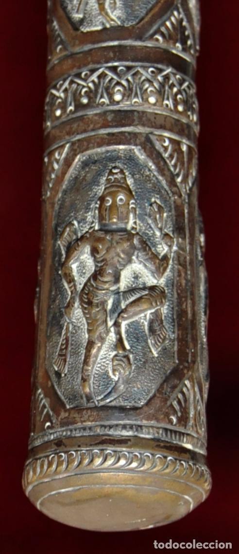 Antigüedades: ANTIGUO PARAGUAS O SOMBRILLA CON MANGO EN PLATA REPUJADA CON ESCENAS HINDUES - Foto 2 - 71066401