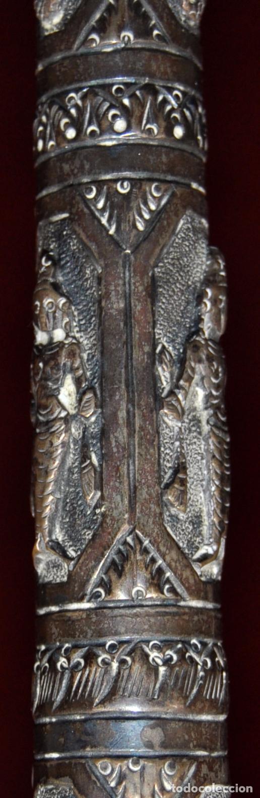 Antigüedades: ANTIGUO PARAGUAS O SOMBRILLA CON MANGO EN PLATA REPUJADA CON ESCENAS HINDUES - Foto 4 - 71066401