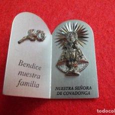 Antigüedades: VIRGEN NUESTRA SEÑORA DE COVADONGA BENDICE NUESTRA FAMILIA PLACA SOBREMESA RELIGIOSA EN ALUMINIO. Lote 71128025