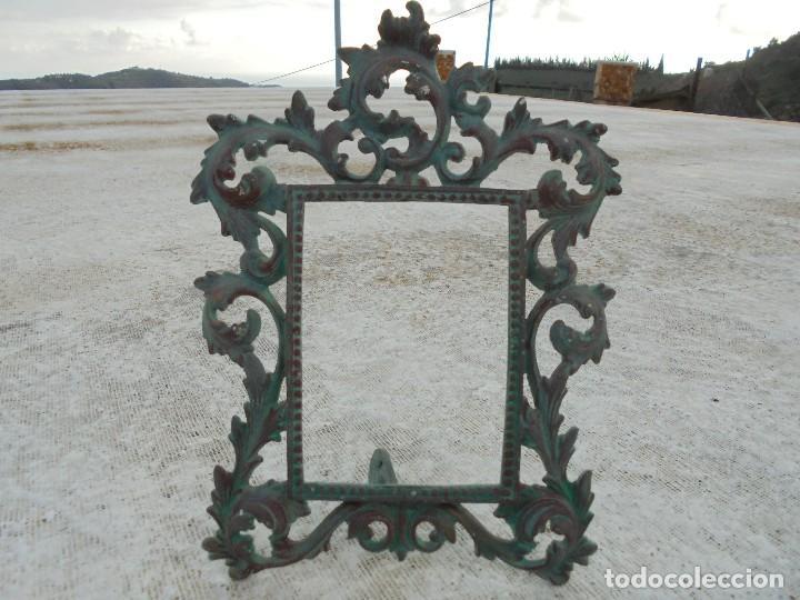 ANTIGUO MARCO DE METAL CON PÁTINA DE BRONCE (Antigüedades - Hogar y Decoración - Marcos Antiguos)