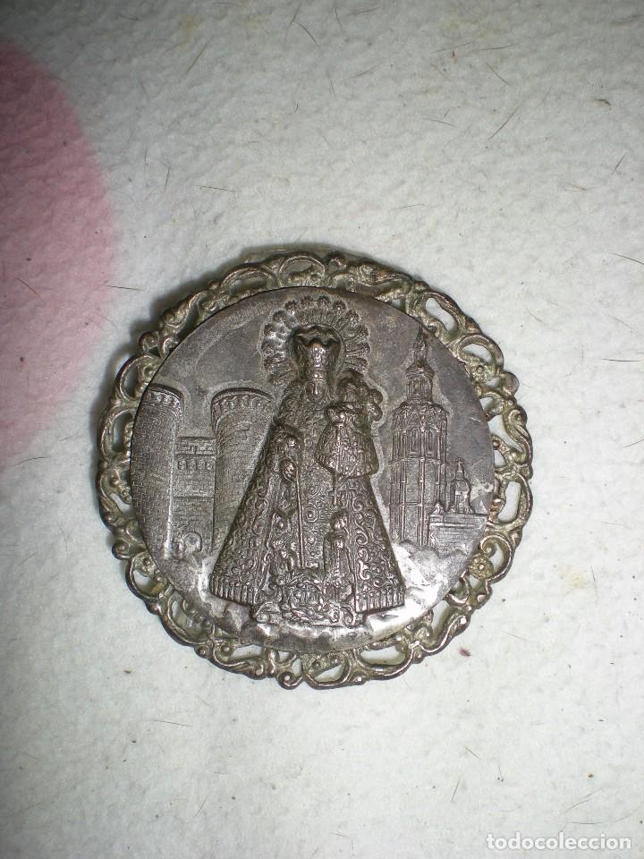 MEDALLA GRANDE LA VIRGEN DE LOS REYES SEVILLA CON MONUMENTOS BAÑADA EN PLATA CON PATAS METACRILATO (Antigüedades - Platería - Bañado en Plata Antiguo)