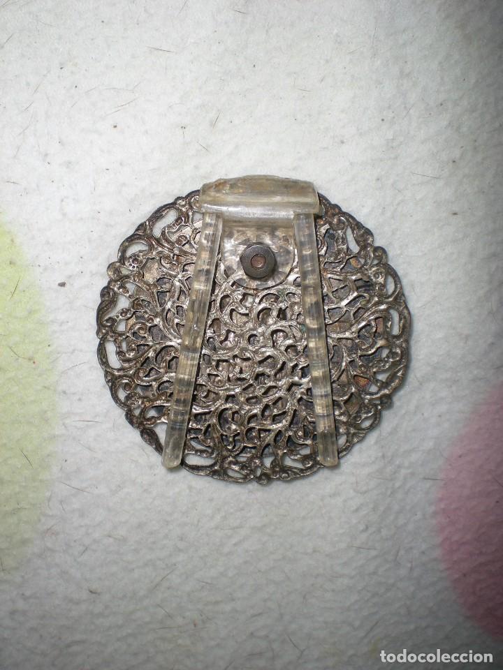 Antigüedades: medalla grande la VIRGEN DE LOS REYES Sevilla con monumentos bañada en plata con patas metacrilato - Foto 2 - 71148769