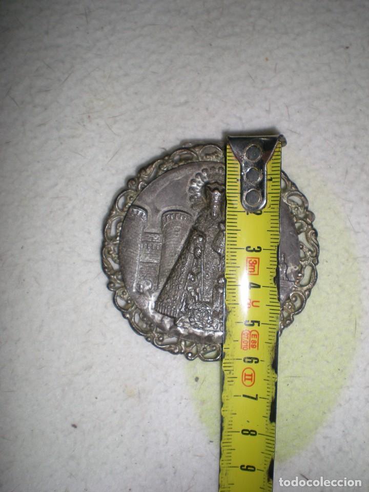 Antigüedades: medalla grande la VIRGEN DE LOS REYES Sevilla con monumentos bañada en plata con patas metacrilato - Foto 3 - 71148769
