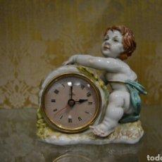 Antigüedades: ANGEL CON RELOJ DE PORCELANA ALGORA. Lote 71173470
