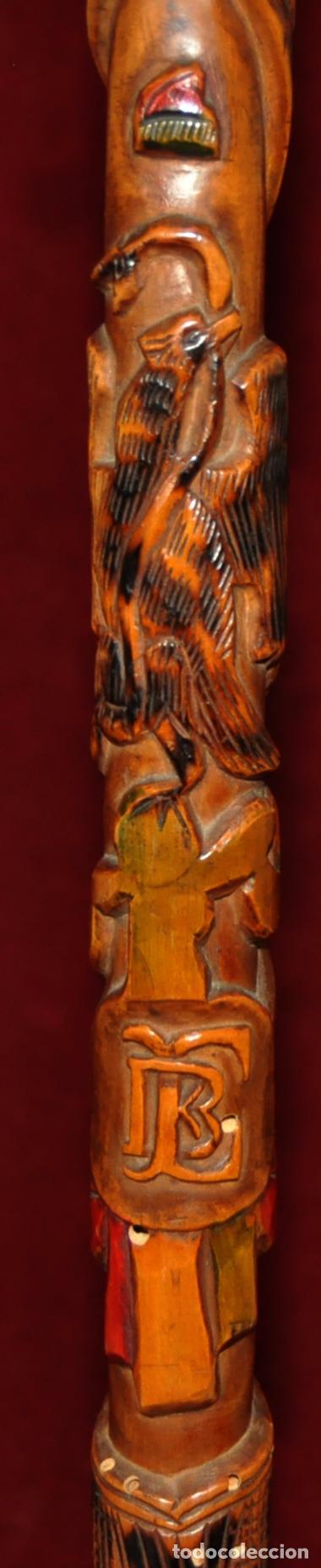 ANTIGUO BASTON EN MADERA TROPICAL Y DECORACIONES TALLADAS A MANO. CIRCA 1900 (Antigüedades - Moda - Bastones Antiguos)