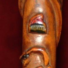 Antigüedades: ANTIGUO BASTON EN MADERA TROPICAL Y DECORACIONES TALLADAS A MANO. CIRCA 1900. Lote 71174053