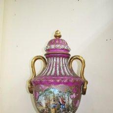 Antigüedades: JARRÓN ANTIGUO EN FINA PORCELANA LIMOGES. Lote 71231927