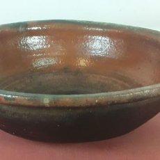 Antigüedades: CAZUELA DE BARRO COCIDO CON DECANTADOR. PRINCIPIOS DEL SIGLO XX. . Lote 71425503