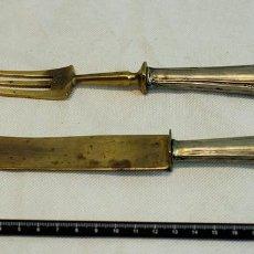 Antiquitäten - Cuchillo y tenedor de trinchar antiguos. Con empuñadura de plata. - 71427377