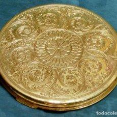 Antigüedades: ANTIGUA Y GRAN POLVERA METÁLICA - MARCA MARAVILLA - AÑOS 50/60 - METAL GRABADO - COLOR DORADO. Lote 71556795