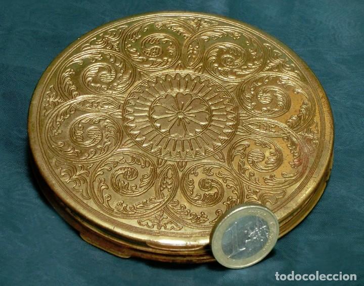 Antigüedades: ANTIGUA Y GRAN POLVERA METÁLICA - MARCA MARAVILLA - AÑOS 50/60 - METAL GRABADO - COLOR DORADO - Foto 7 - 71556795