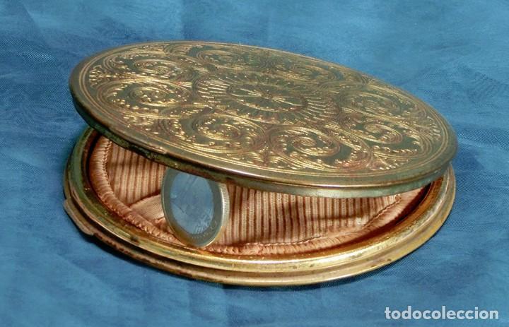 Antigüedades: ANTIGUA Y GRAN POLVERA METÁLICA - MARCA MARAVILLA - AÑOS 50/60 - METAL GRABADO - COLOR DORADO - Foto 9 - 71556795