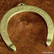 Antigüedades: CURIOSA HERRADURA DE BRONCE - AÑO 1986 - FERIA DEL CABALLO - JEREZ DE LA FRA. - PISAPAPELES - RARA. Lote 204126010
