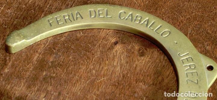 Antigüedades: CURIOSA HERRADURA DE BRONCE - AÑO 1986 - FERIA DEL CABALLO - JEREZ DE LA FRA. - PISAPAPELES - RARA - Foto 2 - 204126010