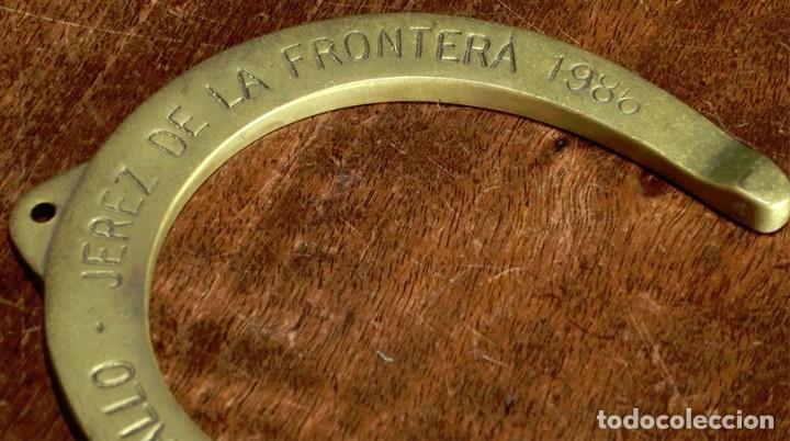 Antigüedades: CURIOSA HERRADURA DE BRONCE - AÑO 1986 - FERIA DEL CABALLO - JEREZ DE LA FRA. - PISAPAPELES - RARA - Foto 4 - 204126010
