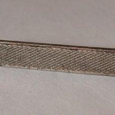 Antigüedades: ANTIGUO PASADOR DE CORBATA DE METAL PLATEADO. 4,6 CM DE LARGO. VER FOTOS Y DESCRIPCION.. Lote 71588175