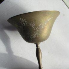 Antigüedades: ANTIGUA COPA DORADA.- MIDE :14.5 X 10.5 (DIÁMETRO) X 7 ( DIAMETRO) CM.- CON DECORACIÓN. Lote 71609455