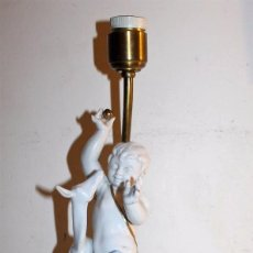 Antigüedades: LÁMPARA CON ANGELOTE Y CERVATILLO EN PORCELANA DE ALGORA - MEDIADOS DEL SIGLO XX. Lote 71666727