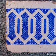 Antigüedades: ANTIGUO AZULEJO, DECORACIÓN EN BLANCO Y AZUL ROMBOIDE. Lote 71668011
