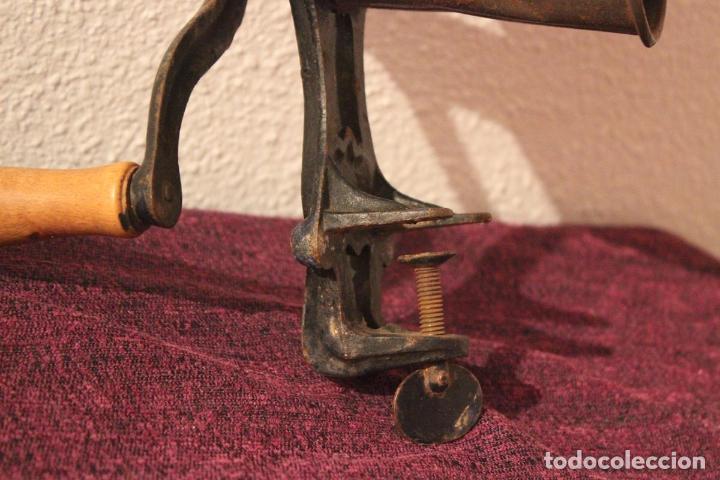 Antigüedades: Antiguo molinillo con base de hierro, sin marca. 30 cm - Foto 5 - 93033544