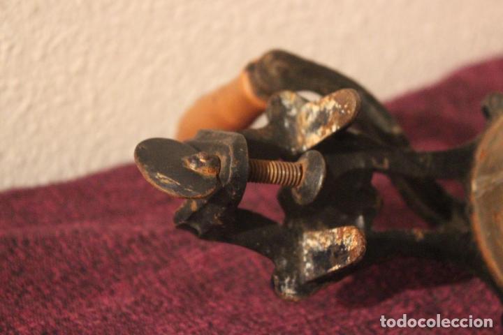 Antigüedades: Antiguo molinillo con base de hierro, sin marca. 30 cm - Foto 8 - 93033544