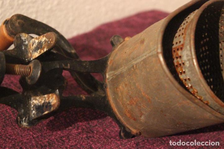Antigüedades: Antiguo molinillo con base de hierro, sin marca. 30 cm - Foto 9 - 93033544