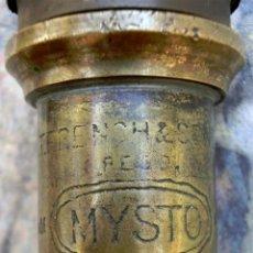 Antigüedades: ANTIGUA BOMBA PULVERIZADOR DE JARDÍN - MYSTO - W.T. FRENCH & SON LTD - DECORACIÓN RÚSTICA. Lote 71720611