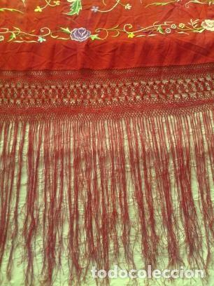 Antigüedades: Mantón de Manila antiguo de seda natural bordado a mano con fleco anudado a mano - Foto 3 - 71739663