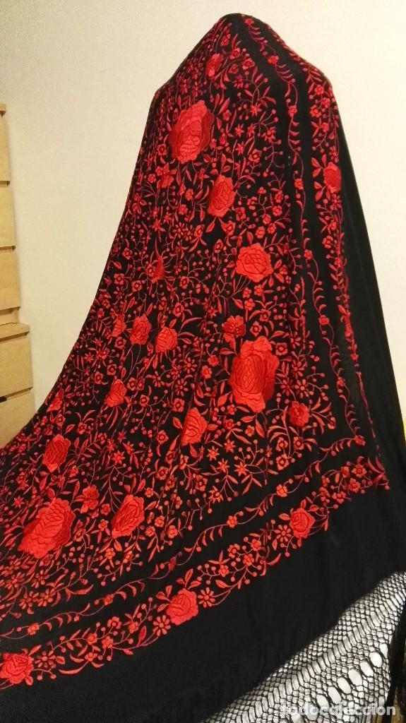 Antigüedades: Manton de Manila antiguo seda negra con bordado de calidad en rojo vivo. Bordado doble cara - Foto 2 - 71752103