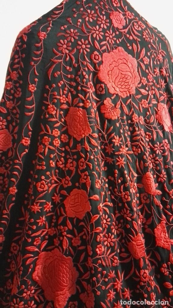 Antigüedades: Manton de Manila antiguo seda negra con bordado de calidad en rojo vivo. Bordado doble cara - Foto 3 - 71752103