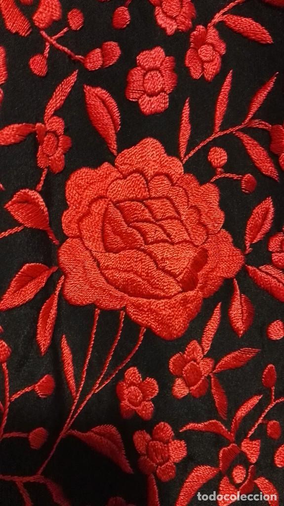 Antigüedades: Manton de Manila antiguo seda negra con bordado de calidad en rojo vivo. Bordado doble cara - Foto 4 - 71752103