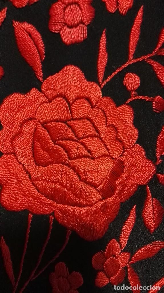 Antigüedades: Manton de Manila antiguo seda negra con bordado de calidad en rojo vivo. Bordado doble cara - Foto 5 - 71752103
