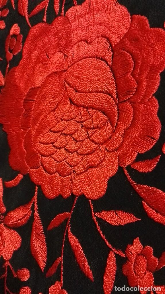Antigüedades: Manton de Manila antiguo seda negra con bordado de calidad en rojo vivo. Bordado doble cara - Foto 6 - 71752103