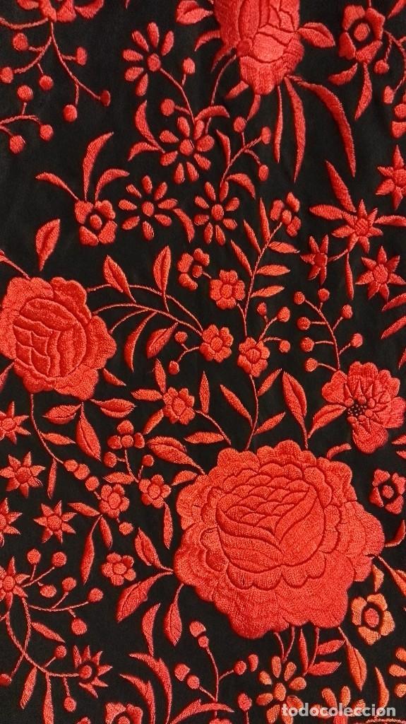 Antigüedades: Manton de Manila antiguo seda negra con bordado de calidad en rojo vivo. Bordado doble cara - Foto 7 - 71752103
