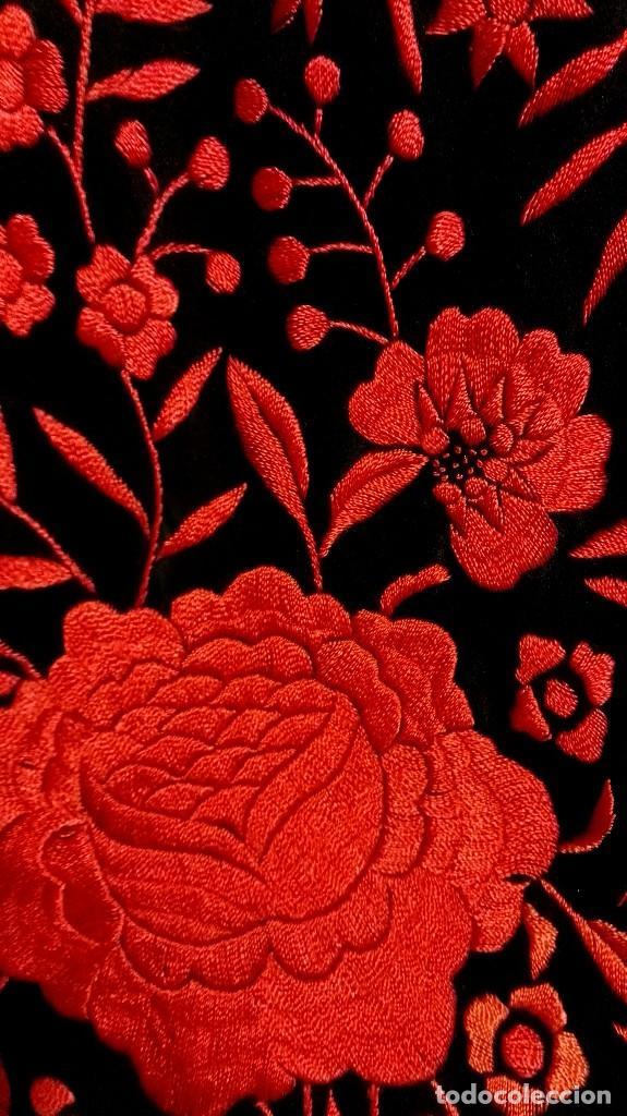 Antigüedades: Manton de Manila antiguo seda negra con bordado de calidad en rojo vivo. Bordado doble cara - Foto 8 - 71752103