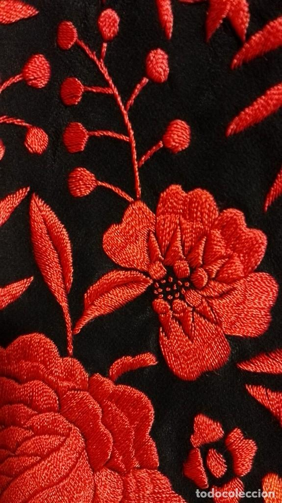 Antigüedades: Manton de Manila antiguo seda negra con bordado de calidad en rojo vivo. Bordado doble cara - Foto 9 - 71752103