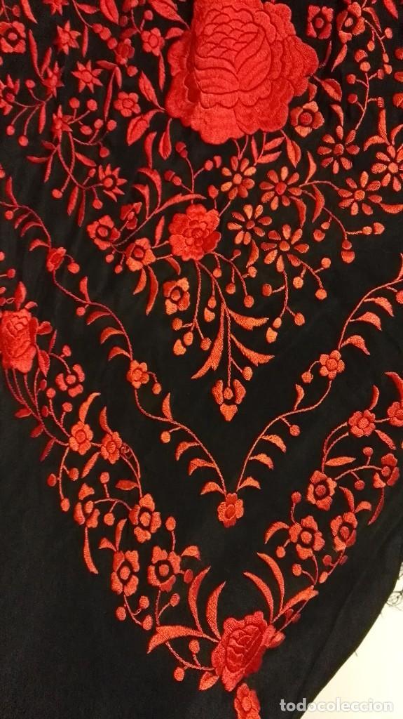 Antigüedades: Manton de Manila antiguo seda negra con bordado de calidad en rojo vivo. Bordado doble cara - Foto 10 - 71752103