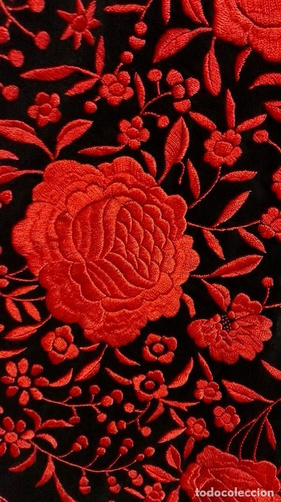 Antigüedades: Manton de Manila antiguo seda negra con bordado de calidad en rojo vivo. Bordado doble cara - Foto 12 - 71752103