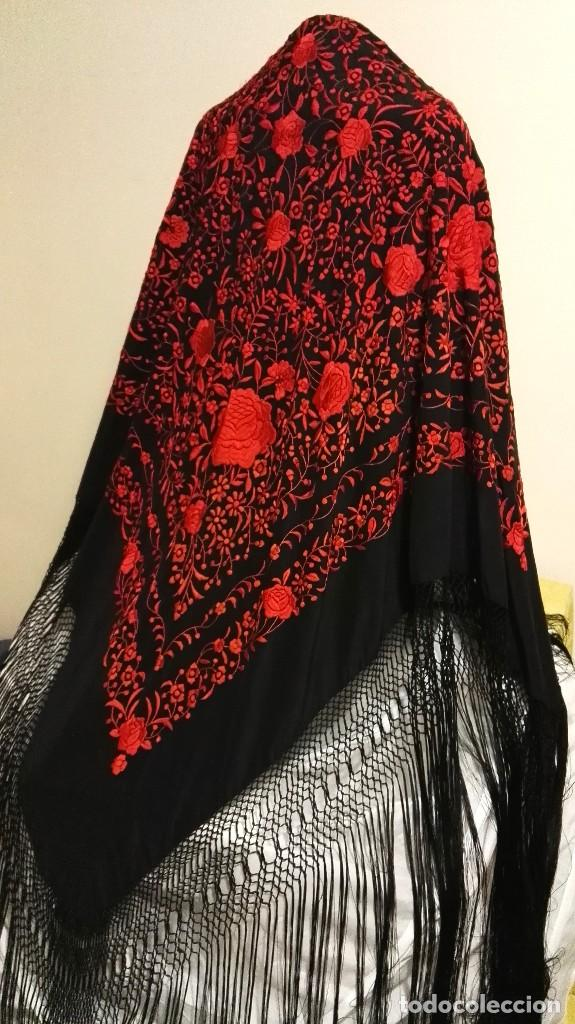 Antigüedades: Manton de Manila antiguo seda negra con bordado de calidad en rojo vivo. Bordado doble cara - Foto 13 - 71752103