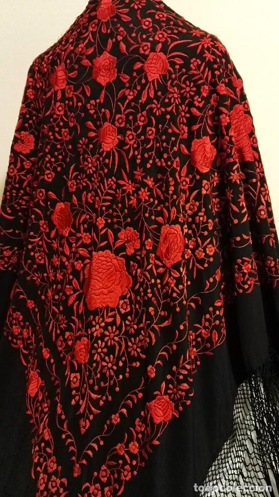 Antigüedades: Manton de Manila antiguo seda negra con bordado de calidad en rojo vivo. Bordado doble cara - Foto 14 - 71752103