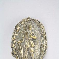 Antigüedades: INSIGNIA RELIGIOSA - SANTO SAN ISIDRO LABRADOR / CSI - MEDIDAS 3 X 4 CM. Lote 71911867