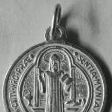 Oggetti Antichi: MEDALLA SAN BENITO REVERSO CRUZ EN PLATA DE LEY MACIZA - 13MM. Lote 156799169