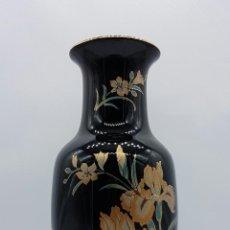 Antigüedades: JARRÓN ANTIGUO EN PORCELANA JAPONESA CON BELLAS ORQUIDEAS, SELLADO EN LA BASE .. Lote 72077459